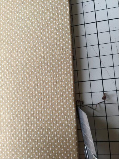 布の余分をカッターで切る