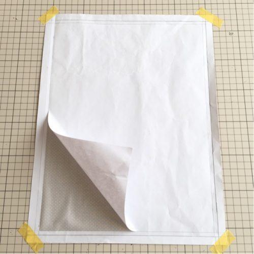 布の裏紙をはがす